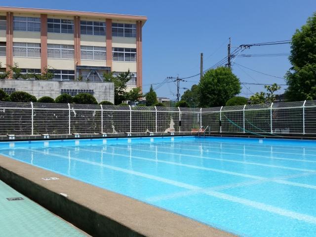 公立学校からプールが消えていく
